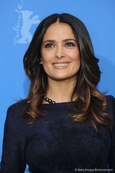 Salma Hayek preferiu mechas ainda mais baixas e coloriu apenas as pontas dos cabelos, na altura do pescoço