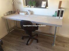 Steigerhouten bureau met steigerbuizen onderstel; geschikt voor volwassenen en kinderen. Verkrijgbaar via www.eigentijdsemeubelen.nl