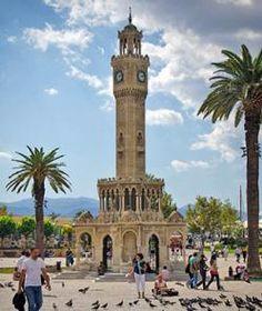 Torre del Reloj de Esmirna (Turquía) Torre del Reloj de Esmirna es una histórica torre de reloj situada en la zona Konak, de Esmirna (Turquía). El reloj fue diseñado por el arquitecto de Esmirna de origen francés Raymond Charles Père, y fue construido en 1901 para recordar el 25º aniversario de la ascensión al trono de Abdülhamid.