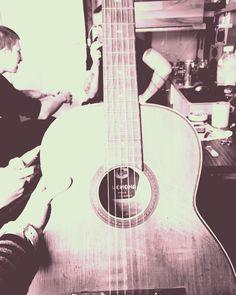 Ez a gitár olyan, mint a lelkünk. (...) Lehangoltan nem szól. Fájdalmasan zörög. Ahhoz, hogy fölzendüljön rajta a dal, fel kell hangolnom! Ez a titok! Lehangolt lélekkel nem hallunk, nem látunk, nem szól a muzsikánk. (...) Hangoltság nélkül nincs szépség, nincs zene. Öröm sincs!😉😉😉