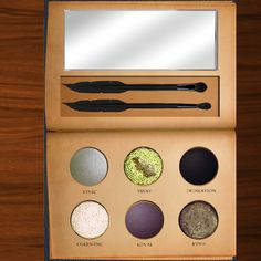 You need to see these Harry Potter makeup palettes! From Ravenclaw to Gryffindor, our muggle hearts are exploding! Harry Potter Nails, Harry Potter Houses, Harry Potter Gifts, Hogwarts Houses, Harry Potter Makeup Palette, Harry Potter Lufa Lufa, Makeup Pallets, Harry Potter Pictures, Lip Stain
