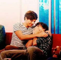 Image discovered by Find images and videos about one direction, louis tomlinson and on We Heart It - the app to get lost in what you love. One Direction Louis, One Direction Memes, One Direction Pictures, Larry Stylinson, Liam Payne, Louis Tomlinson, Larry Shippers, Best Friendship, Louis And Harry