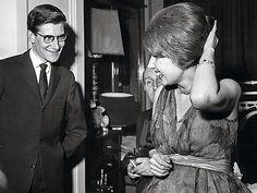 Yves Saint Laurent con la duquesa de alba en 1959.