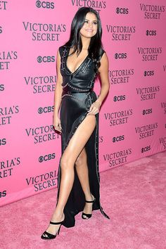 selena gomez at victoria secrets show Selena Gomez Fotos, Selena Gomez Outfits, Selena Gomez Pictures, Selena Gomez Style, Selena Gomz, Marie Gomez, Victoria Secrets, Beautiful Celebrities, Sexy Legs