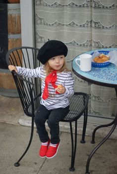 21 Kids Who Dress Better Than You What Wear - EC: Now THIS is French girl style. JB: Somebody's owning the je ne sais quoi. LT: Francois Hardy by way of Baby Gap. Outfits Niños, Paris Outfits, Kids Outfits, Fashion Outfits, French Boys, French Girl Style, Paris Party, Paris Theme, Toddler Costumes