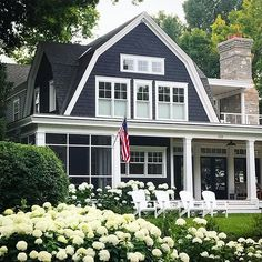 We're really feeling the navy exterior. Oh and those hydrangeas! What a beautiful home. ❤️ via @landschute