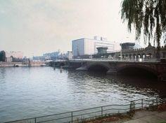 Ponte sobre o rio Spree marca a fronteira entre a Alemanha Oriental e Berlim Ocidental, em outubro de 1976  Foto: AFP