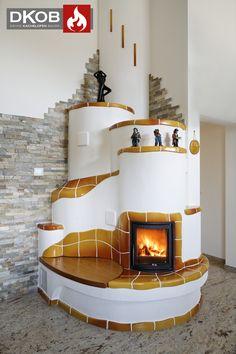 Traditioneller Kachelofen mit handgeschlagener Keramik und großem Sichtfenster.  Designed by DKOB - Deine Kachelofenbauer