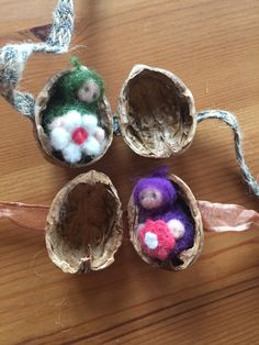 Gefilztes Baby in Nussschale liegend im Blumenkleid Felt Gifts, Felt Owls, Crochet Earrings, Ribbon, Miniatures, Joy, Stone, Handmade, Goodies