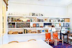 Biblioteca con estantería de obra / Salón con baldosa de terracota / Cambio radical con mobiliario integrado #hogarhabitissimo #organic