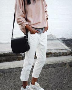 Avec un sweatshirt rose poudré