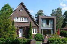 Westansicht Bestand und Neubau - Anbau an Einfamilienhaus aus den 20er Jahren