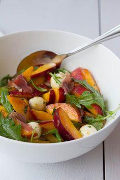 Pfirsich Salat mit Mozzarella, Rucola und Prosciutto