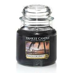 Eine Kerze, die Dein Zimmer in ein duftendes Paradies verandelt: Black CoconutvonYankee Candle- zu bekommen im Pieper Online Shop!