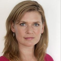 """In 2006 won Roos bij nrc.next een essayprijs, in 2008 verscheen haar boek """"FUCK! ik ben een feminist"""" en in mei 2011 is haar boek; Carrièrebitches en Papadagen; hoogste tijd voor Het Nieuwe Werken verschenen."""