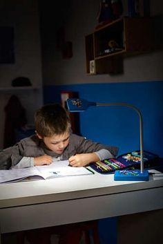 Het koele, witte licht van de duurzame en stootbestendige bureaulamp van Philips en Marvel is ideaal voor concentratie tijdens het lezen of het maken van huiswerk. De lamp is eenvoudig in te schakelen en dankzij de flexibele hals de ideale bureaulamp voor kinderen.