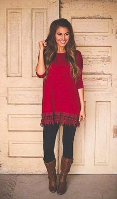 Entscheiden Sie sich für eine rote Tunika und schwarzen Leggings, um mühelos alles zu meistern, was auch immer der Tag bringen mag. Fügen Sie kniehohe Stiefel für ein unmittelbares Style-Upgrade zu Ihrem Look hinzu.