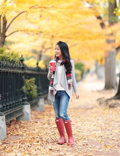 10 Cute Outfits with Red Hunter Boots Red Hunter, Hunter Outfit, Fall Winter Outfits, Autumn Winter Fashion, Winter Clothes, Winter Style, Fall Fashion, Red Rain Boots, Shoes