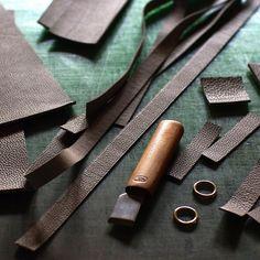 making   shoulder bag  #bagmaking #bespoke #leatherwork #leathercraft #handcrafted #shrunken_calf #taupe #niwaleathers by niwa_leathers