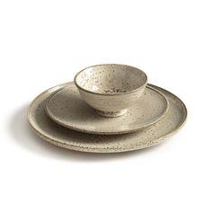 Les 2 bols Alliacé. Inspiration asiatique pour ces bols à thé qui pourront servir aussi pour l'apéritif ou le dessert. Leur finition mouchetée apporte une touche d'authenticité et de charme.Caractéristiques : - En grès émaillé finition mouchetée, le motif peut varier d'un produit à l'autre- Compatible lave-vaisselle et micro-ondes- Livré dans un coffret noirDimensions :- Ø12 x H6 cm