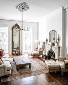 Living Room Design With Ornate Lights That Look Beautiful 30 French Living Rooms, French Country Living Room, Home And Living, French Room Decor, Country Rugs, French Style Decor, French Interior Design, Home Interior, French Interiors