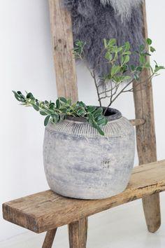 alte Holzbank und Zement Vase boheme-living.com Boho Stil, Vase, Planter Pots, Home Decor, Barn Wood, Bohemian Homes, Boho Living Room, Woodworking Bench, Cement