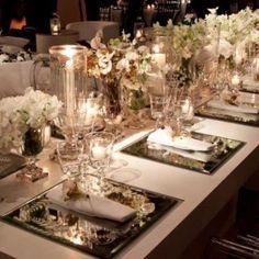 Mesa decorada com espelhos.