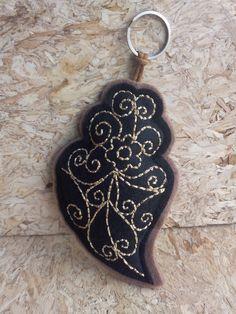 Porta-chaves em feltro. Bordado à mão. Coração de Viana Heart Keyring, Felt Crafts, Embroidery, Portugal, Handmade, Diy, Jewelry, Design, Key Fobs