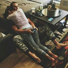when you playing yo game but bae wants to cuddle ❤