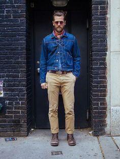 Bandana. Macho Moda - Blog de Moda Masculina: Bandana no Visual Masculino, pra inspirar! Moda Masculina, Moda para Homens, Roupa de Homem, Bandana Vermelha amarrada no pescoço, Jaqueta Jeans, Calça Chino, Calça Bege Masculino, Bota Marrom Masculina