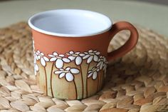 taza con cuerda seca Pottery Painting, Ceramic Painting, Pottery Art, Painted Ceramic Plates, Ceramic Clay, Clay Studio, Clay Mugs, Pottery Sculpture, Clay Projects