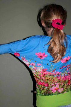 Julia Sweater met bloemetjes, Voor mijn dochter die eigenlijk toch nog wel van roze houdt, maar zichzelf te groot voelt om roze kleren te dragen: Een blauwe Julia Sweater met ro...  #contest2015 #Juliasweater #plain&simple Check more at https://compagnie-m.com/blog/julia-sweater-met-bloemetjes/