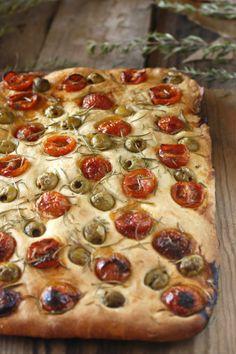 Focaccia de aceitunas, tomate y romero. http://www.maraengredos.com/