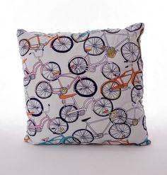 Poduszka rowery na szarym minky. Wymiary: ok 35x35cm. Ręcznie wykonane. Materiał strona kolorowa: 100% bawełna organiczna. Materiał strona minky: 100% poliester.