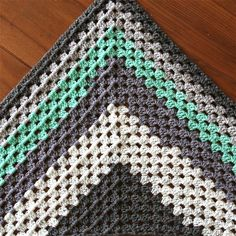 Granny Shawl uit 1 Cake Swirlz Gratis Patroon – Cuddlycool Crochet Poncho, Chrochet, Baby Pop, Cowl Scarf, Needlework, Artwork, Crochet Patterns, Blanket, Detail