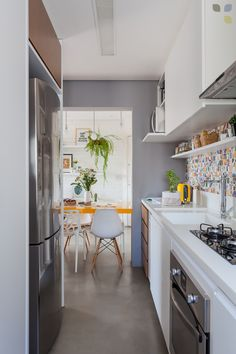 A geladeira ganhou um lugar estratégico na cozinha, para permitir uma grande bancada.