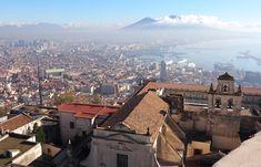 10 tips voor Napels: Het mooie Napels ligt in het zuiden van Italië. Direct aan een heerlijke zee, de Amalfi kust, en op de achtergrond van de stad zie je altijd de imposante Vesuvius vulkaan. Napels is zo'n stad…