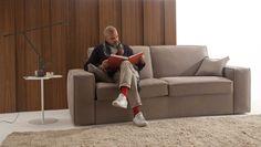 Un divano moderno che si trasforma in letto ortopedico