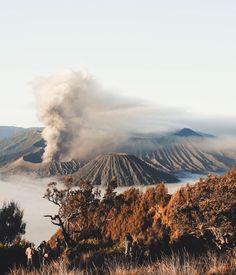 Lo spettacolare monte Bromo, in Indonesia! Mountain Pictures, Nail Art, Disney Instagram, Instagram Logo, Portraits, Landscape Illustration, Illustration Art, Style Vintage, Tenerife