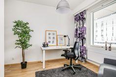 Valoisa työhuone ja tilava työpöytä inspiroivat työntekoon.