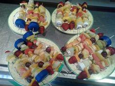 Brochetas de froita feitas polos nen@s.