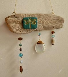 Driftwood decorated with a polymer clay tile impressed with a golden dragonfly. Pretty glass beads dangle below and add a rustic charm! Driftwood Mobile, Driftwood Wall Art, Driftwood Projects, Driftwood Seahorse, Driftwood For Sale, Sea Glass Crafts, Shell Crafts, Carillons Diy, Diy Wind Chimes