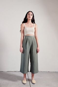 A minimalist fashion outfit that changes all one's views. There are many factors to keep in mind when deciding on your stylish summer minimalist outfit. Clothes For Summer, Summer Pants, Culottes Outfit Summer, Mode Zendaya, Mode Outfits, Fashion Outfits, Fashion Ideas, Fashion Tips, Fashion Essentials
