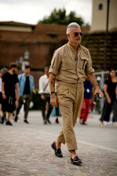 Pitti Uomo is underway and Robert Spangle has captured the most stylish men on the streets of Florence. Cheap Mens Fashion, Big Men Fashion, Military Fashion, Men's Fashion, Italian Mens Fashion, Fashion Blogs, Military Style, Fashion Quotes, Fashion Advice