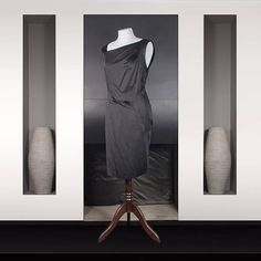 Christian Dior : Robe droite longueur genou en soie noire Dos asymétrique Christian Dior, Satin Noir, Smoking, Gucci, Vintage Chanel, Carolina Herrera, Wrap Dress, Dressing, Formal Dresses