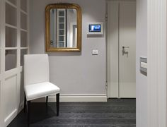 Vimar domotica By-me appartamento a Siena. Entrata multivideo touch screen comandi Eikon Evo bianchi e placca cristallo