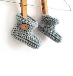 Knitted Baby Booties – Easy Pattern & Tutorial Knitted Baby Booties -Two needle EASY Knitting Pattern & tutorial Easy Baby Knitting Patterns, Baby Cardigan Knitting Pattern Free, Baby Booties Knitting Pattern, Knit Baby Booties, Knitting Paterns, Baby Hats Knitting, Easy Knitting, Baby Patterns, Booties Crochet