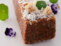 עוגה בחושה של ריבת חלב וקוקוס (צילום: נמרוד סונדרס)