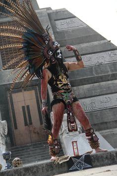 GUERRERO AZTECA Native American Headdress, Native American Tribes, Aztec Costume, Ancient Aztecs, Mexican Heritage, Aztec Warrior, Mexico Art, People Of The World, Native Art
