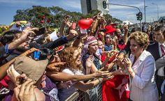 A presidente  Dilma Rousseff cumprimenta populares após declaração sobre o prosseguimento do processo de impeachment na manhã desta quinta-feira (12)